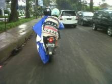 jas hujan bahaya bisa nyelip ke roda